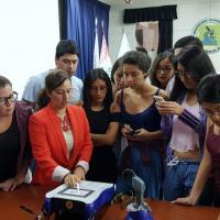 Dr. Paola Rojas de Orbegoso e il dispositivo laser Mphi Vet
